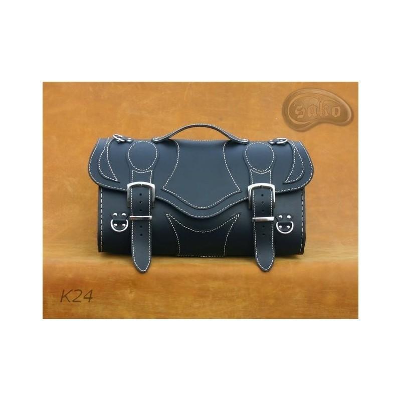 Skórzany kufer motocyklowy z ozdobnymi białymi nićmi / SA-K24A